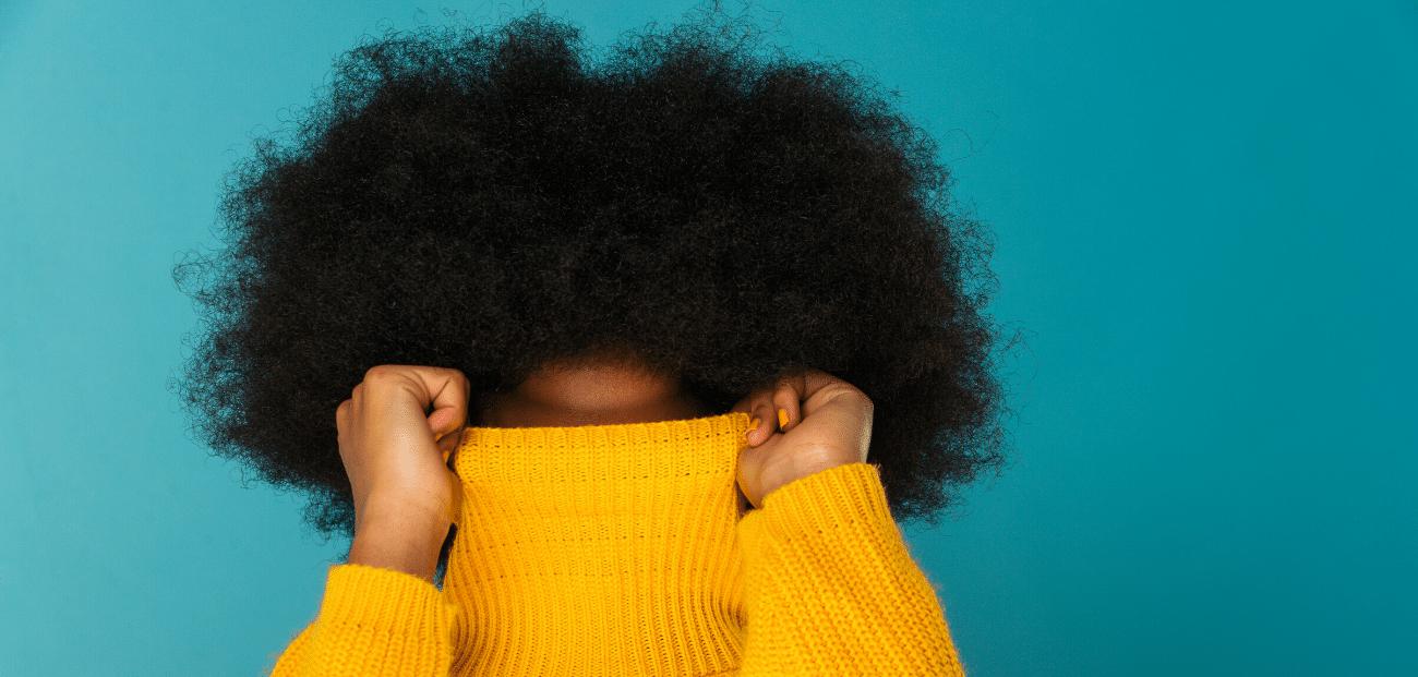 jeune femme avec pull jaune