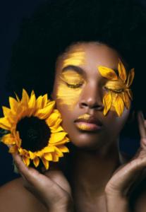 jeune femme afro avec un tournesol