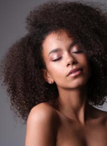 soin des cheveux jeune femme afro