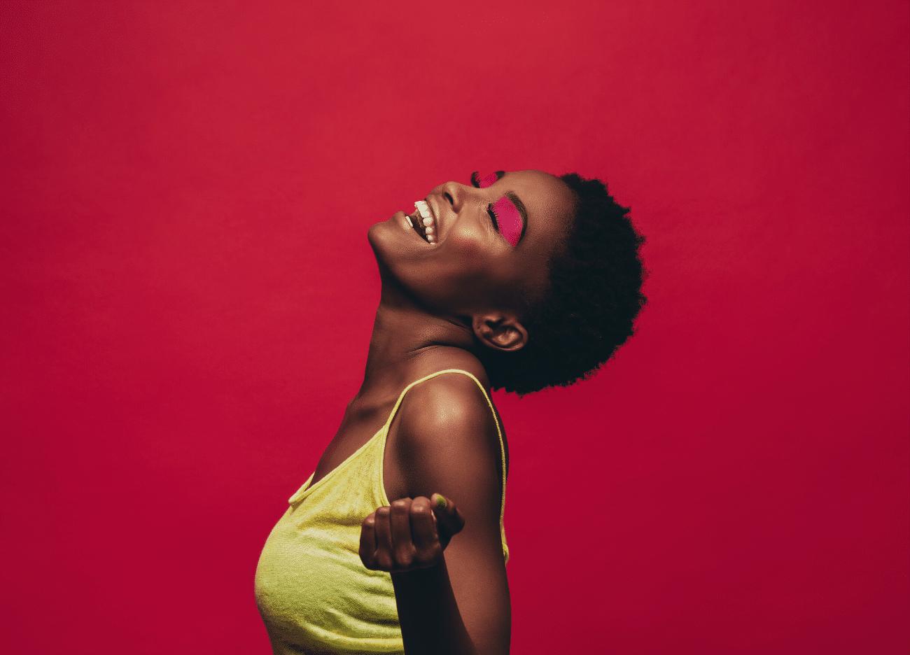 jeune femme afro sourire