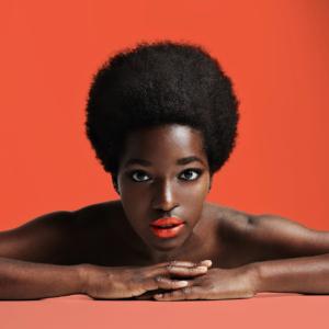 brillance des cheveux jeune femme afro