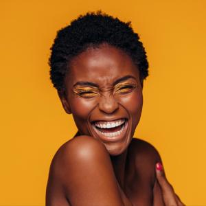 femme afro cheveux court sur fond jaune