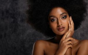 jeune femme afro sur fond noir