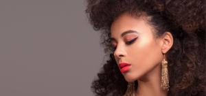 jeune femme afro avec boucle d'oreille fashion