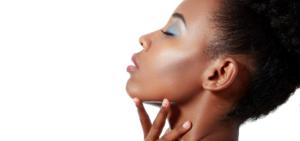 jeune femme afro maquillage sur fond blanc