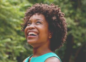 femme afro qui sourit