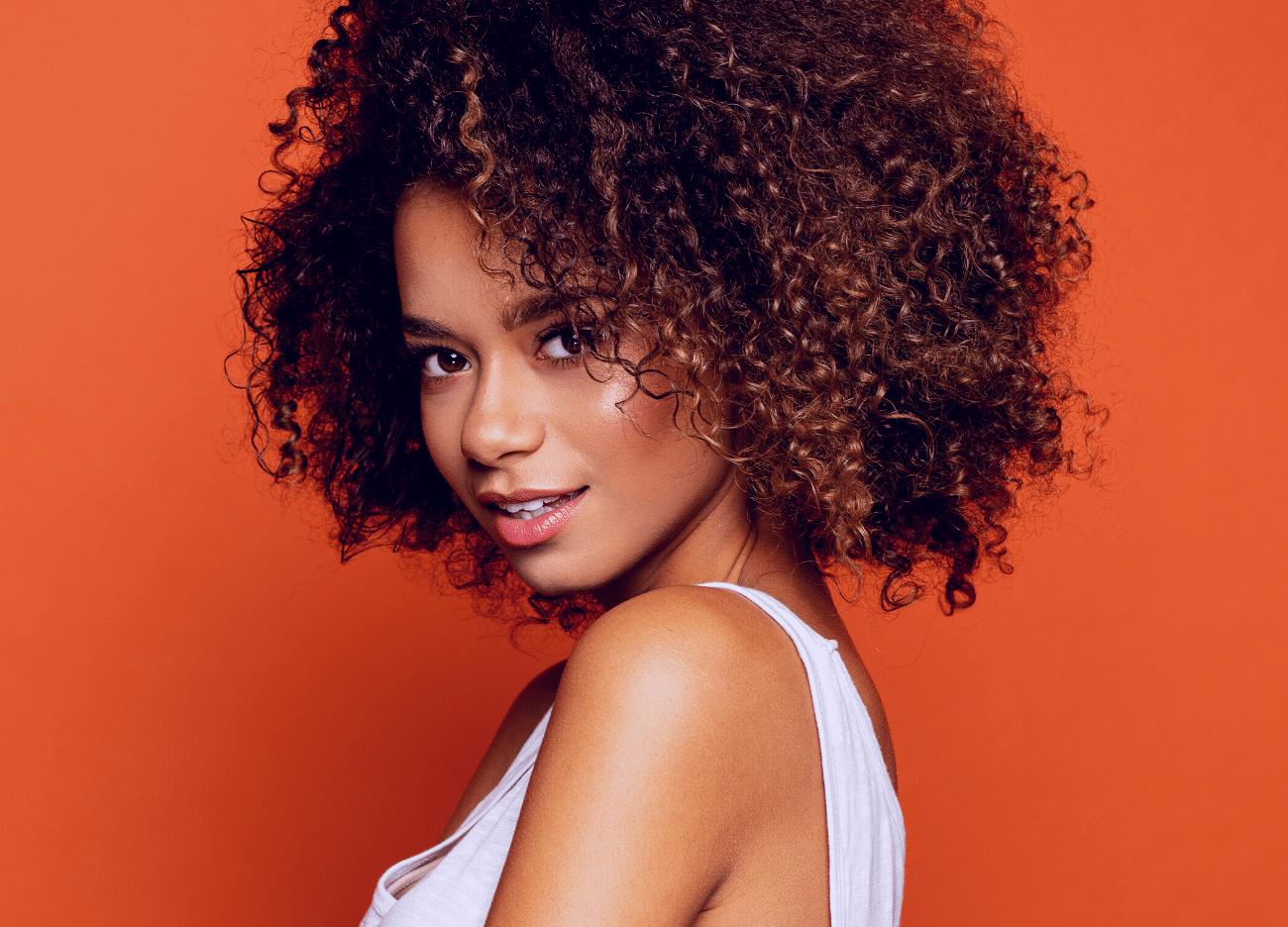 jeune femme sur fond orange