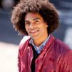 jeune homme afro s'intéressant au soin des cheveux crépus pour les hommes pour protéger ses cheveux et prévenir la chute de cheveux