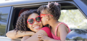 mère et enfant avec des cheveux afros et crépus croiffées sans pleurs et en douceur