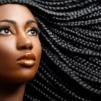 jeune femme afro avec une coiffure protectrice comme des tresses, un tissage ou un foulard sur ses cheveux afro, frisés et métissés