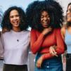 jeunes femmes afro utilisant le low poo pour laver leurs cheveux sans les abîmer