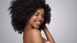 femme cheveux afro