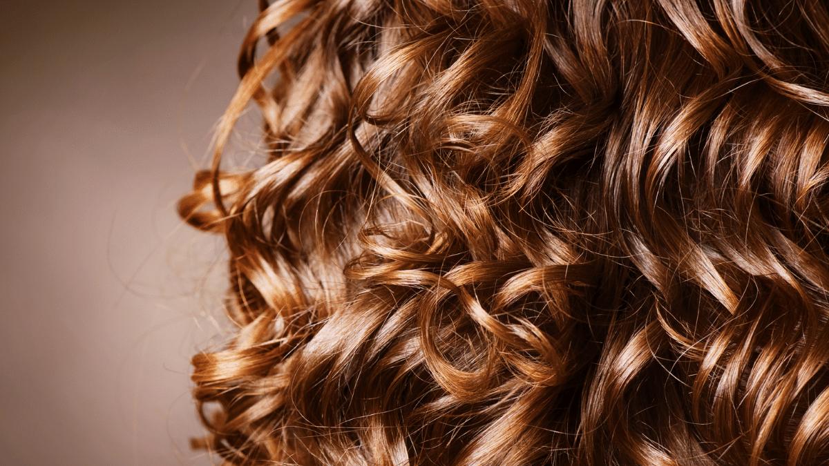cheveux boucles gestes